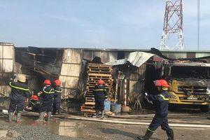 TP.HCM: Kho hàng rộng hơn 100m2 cháy dữ dội, nhiều tài sản bị thiêu rụi