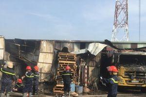 TP.HCM: Cháy dữ dội tại kho hàng, nhiều người chạy ra ngoài thoát thân