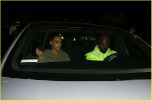 Mặc đồ đơn giản, nhưng Kim Kardashian vẫn nổi bật khi xuống phố