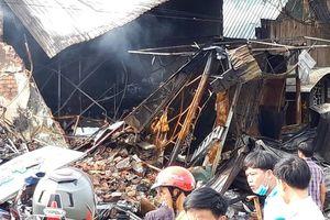 Công an bới đống đổ nát tìm thi thể người chết cháy