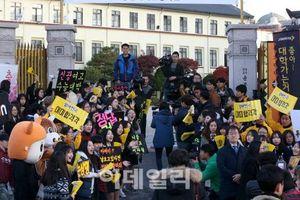 Các em khóa dưới cổ vũ anh chị lớp 12 thi ĐH ở Hàn Quốc: Hết quỳ lạy, ca hát đến giơ băng rôn, khẩu hiệu như fan cuồng đón idol