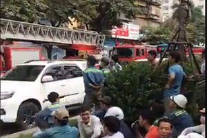 Hàng trăm công nhân tháo chạy do cháy công trình cao tầng tại đường Hoàng Quốc Việt