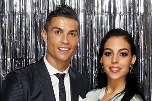 Ronaldo đính hôn với bạn gái dù đang bị điều tra hiếp dâm