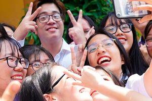 Bùi Anh Tuấn gây náo loạn sân trường, khiến nữ sinh trung học quây kín