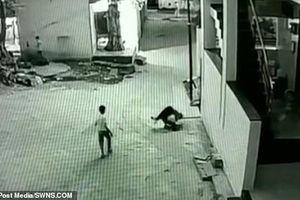 Bé trai rơi từ tầng 3 trúng người bạn và diễn biến không tưởng