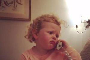 Tan chảy vì cuộc điện thoại tưởng tượng siêu dễ thương với bà của cô bé 3 tuổi