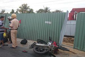 Vướng hàng rào công trình té xuống đường, một người bị xe tải cán tử vong