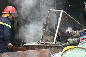 Cháy cửa hàng ăn trước cổng chợ Bưởi