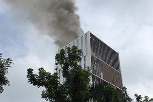 Cháy lớn chung cư trên đường Hoàng Quốc Việt