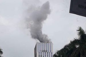 Khói bốc nghi ngút tại công trình cao tầng đang xây dựng