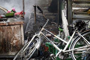 Ki-ốt bán hàng ăn cháy rụi trước cổng chợ Bưởi