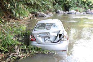 Xe ô tô lao xuống vực, 3 người trong gia đình gặp nạn