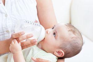 Làm sao để trẻ sơ sinh hết trớ?