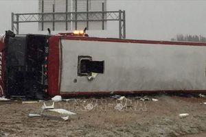 Lật xe buýt trên cao tốc do mưa tuyết dày đặc, 46 người thương vong