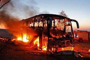 Clip: Xe buýt quân đội Israel bốc cháy nghi ngút khi trúng tên lửa từ Dải Gaza
