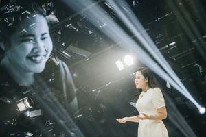 Hành trình 'vượt bóng tối' thành MC truyền hình của cô gái khiếm thị
