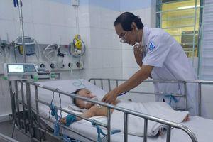 Bác sĩ Sài Gòn hội chẩn qua smartphone, cứu hai bé trai nguy kịch vì biến chứng bệnh tay chân miệng