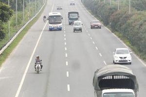 Xe máy 'nhởn nhơ' trong làn xe ô tô trên đại lộ Thăng Long