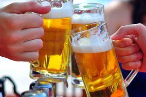 Sử dụng rượu bia thái quá: Nét văn hóa xấu xí của người Việt