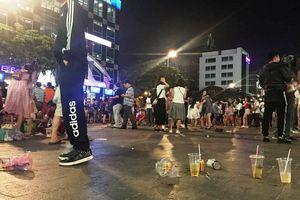 Phố đi bộ Nguyễn Huệ lại tràn ngập rác, thức ăn sau trận đấu Việt Nam - Malaysia