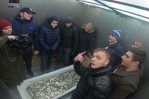 Khiêng bồn tắm đựng 100.000 đồng xu đi mua iPhone XS ở Nga