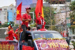 Cổ động viên đốt pháo sáng, diễu hành khắp Hà Nội