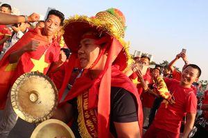 Cổ động viên nhảy múa tại Mỹ Đình trước trận Việt Nam - Malaysia
