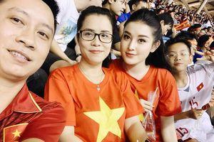 Á hậu Huyền My và Hoàng Bách đến sân Mỹ Đình cổ vũ tuyển Việt Nam