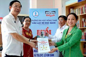 Vợ chồng nhà giáo tặng tủ sách gần 500 quyển cho trường ĐH Đồng Tháp