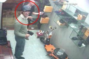 Camera ghi lại hình ảnh khách Tây trộm nước hoa trên phố
