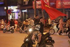 CĐV đổ ra đường 'đi bão', cờ đỏ sao vàng nhuộm đỏ phố phường
