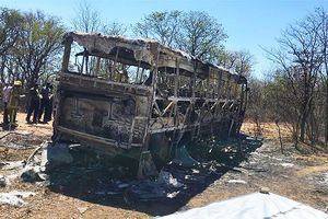 Xe buýt bốc cháy ở Zimbabwe, 42 người chết, 20 người bị thương
