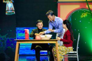 Phan Ngọc Luân hóa thân thành nhạc sĩ Tuấn Khanh, vừa hát vừa bán phở