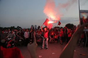 Mới nhất từ Mỹ Đình: CĐV đốt pháo sáng liên tục, phe vé vẫn hét giá