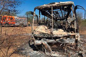 Xe buýt nổ tung, bốc cháy giữa đường, 40 người mất mạng