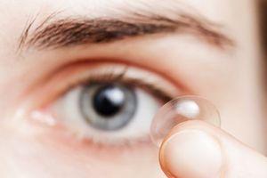 Trang điểm khi đeo kính áp tròng: Làm sao để tránh kích ứng?
