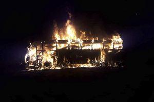 Nghi nổ can xăng, xe buýt cháy thành than làm 42 hành khách thiệt mạng
