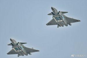 Tiêm kích tàng hình J-20 mở khoang vũ khí bay biểu diễn ở Chu Hải