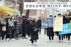 Học sinh Hàn Quốc và những phong tục quái dị để mang đến điềm lành cho kỳ thi sinh tử