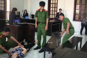 Bảo mẫu đánh tím mặt bé gái 5 tuổi ngất xỉu khi nghe tòa tuyên án