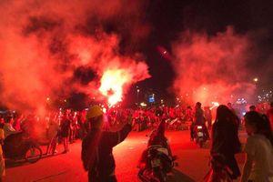 Hàng ngàn người đổ ra đường mừng chiến thắng vòng bảng của tuyển Việt Nam