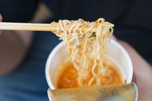 Mì ăn liền, tương cà và nguồn gốc thú vị của những món ăn quen thuộc
