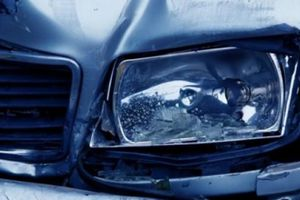 Cặp đôi lái xe bán tải gây tai nạn, bước ra không mảnh vải che thân