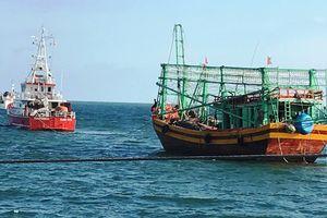 Cứu 7 ngư dân Quảng Bình gặp nạn trên biển