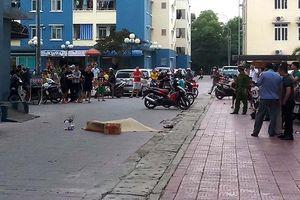 Dân chung cư loạn chứng kiến người đàn ông rơi từ tầng cao xuống đất
