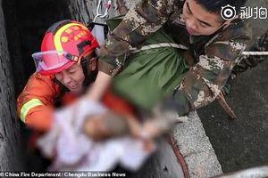 Cận cảnh giải cứu em bé bị đẻ rơi xuống toilet công cộng