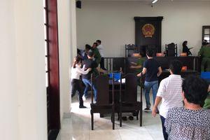 Đề nghị truy tố hai bị can 'đại náo' phiên tòa, hành hung kiểm sát viên