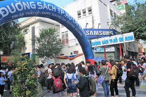 Nhà văn Nguyễn Nhật Ánh lại 'gây sốt' với lượng fan khủng tại Đường Sách