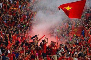 Bóng đá Việt nhận án phạt vì CĐV đốt pháo sáng ở trận thắng Malaysia