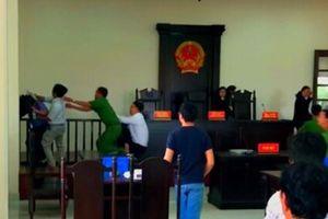 Đề nghị truy tố 2 người tấn công kiểm sát viên ngay tại phiên tòa